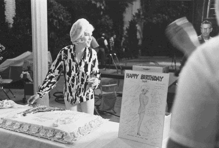 """1er Juin 1962 / Marilyn fêta son trente-sixième anniversaire au studio (sur le plateau de tournage du film """"Something's got to give""""). Elle commença tôt ce jour-là et tourna la scène avec Wally COX et Dean MARTIN. Pat NEWCOMB arriva au studio dans l'après-midi avec du Don Pérignon, le champagne préféré de Marilyn. Dean MARTIN avait lui aussi apporté du champagne. Evelyn MORIARTY, la doublure de Marilyn, avait collecté auprès de l'équipe 50 $ pour le gâteau, acheté chez """"Humphrey's Bakery"""" du """"Farmer's Market"""" d'Hollywood ; finalement l'un des responsables du studio proposa de prendre en charge la dépense et Evelyn MORIARTY remboursa l'argent qu'elle avait rassemblé. Toute l'équipe était là pour fêter son anniversaire y compris Henry WEINSTEIN et Eunice MURRAY. Le photographe George BARRIS était également présent.  George CUKOR lui offrit des figurines (un cygne et un taureau) de style mexicain. Marilyn était ravie de cette fête impromptue, qui se termina vers 18 heures 30."""