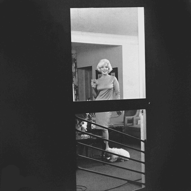 1961 / by Eric SKIPSEY... Pat NEWCOMB lui offrit un caniche blanc qu'elle baptisa Maf. Elle fera avec lui une séance photo avec le photographe Eric SKIPSEY au Beverly Hills Hotel en novembre 1961.
