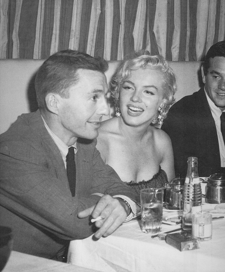 1954 / by Sam SHAW and George BARRIS /  Marilyn partit à New York pour le tournage de « Seven year itch », par le vol de 21 heures. A son arrivée à Idlewild Airport (actuellement John KENNEDY Airport), le jeudi 9, à 8h15, elle dut se soumettre à plusieurs interviews, puis déjeuner avec les gens des magazines et enfin donner une conférence de presse au St Regis Hotel, à laquelle assistèrent entre autre le compositeur Irving BERLIN (qui avait composé les  chansons de « There's no  business like show business ») et le journaliste Earl WILSON.  Billy WILDER était arrivé une semaine auparavant pour que tout soit prêt pour le tournage. Les rumeurs sur son mariage qui battait de l'aile se firent de plus en plus croissantes. Elle logea au Hampshire House Hotel.