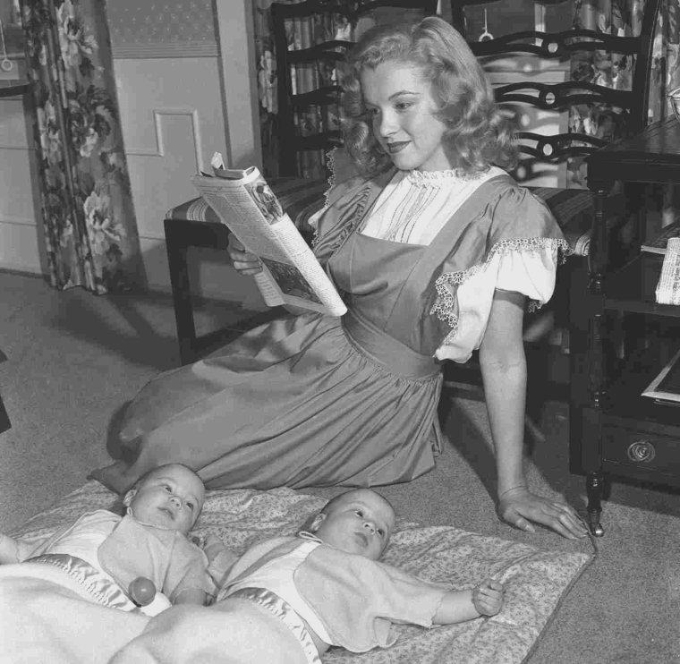 """1947 / by Dave CICERO... Harry BRAND publicitaire à la Fox et son équipe, firent passer dans le """"Los Angeles Times"""", une photo de Marilyn avec cette  légende : « La baby-sitter débarque au cinéma ». L'article expliquait, la rajeunissant de deux ans, que cette « blonde baby-sitter de dix-huit ans avait rencontré un recruteur de talents » et s'était trouvée immédiatement propulsée vers la gloire. Ils concoctèrent à Marilyn une biographie édulcorée, faisant officiellement d'elle une orpheline, en passant sa mère sous silence."""