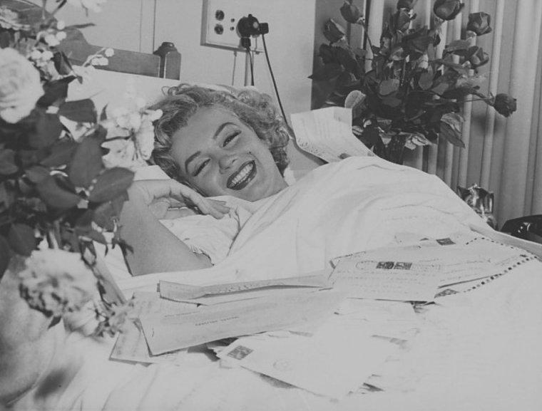 """1952 / Marilyn fut hospitalisée au """"Cedars of Lebanon Hospital"""" de Los Angeles pour une crise d'appendicite, après  des semaines de douleurs intermittentes. Elle fut opérée par le Docteur Marcus RABWIN, assisté de son gynécologue, le Docteur Leon KROHN.  Avant l'intervention, Marilyn qui était persuadée que cette opération pourrait compromettre sa capacité à avoir des enfants, se colla sur le ventre, avec du ruban adhésif un message pathétique où elle lui demandait d'être extrêmement prudent (dans le texte, la ponctuation est respectée) : « Très important à lire avant l'opération. Cher Docteur, coupez le moins possible. Cela peut sembler futile je sais mais ce n'est pas de cela qu'il s'agit vraiment-le fait que je sois une femme est important et signifie beaucoup pour moi. Epargnez s'il vous plait (je ne saurais trop vous le demander) ce que vous pouvez-je suis dans vos mains. Vous avez des enfants et vous devez savoir ce que cela veut dire-je vous en prie Docteur-je pense je sais que vous comprendrez ! merci -merci- pour l'amour du ciel cher Docteur pas d'ablation d'ovaires-je vous en prie encore une fois de faire tout votre possible pour limiter les cicatrices - En vous remerciant de tout c½ur. Marilyn MONROE ». Joe DiMAGGIO lui fit envoyer des dizaines de roses, alors qu'il était en déplacement à New York et Marilyn reçu des milliers de lettres de rétablissements envoyées par ses fans du monde entier."""