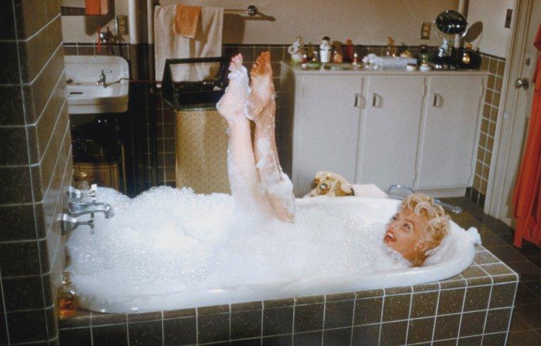"""1955 / Certaines photos signées Sam SHAW... Scène de la baignoire dans """"The seven year itch""""."""