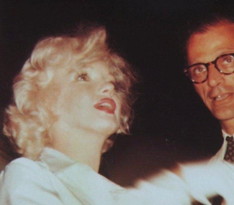1958 / Marilyn laissa MILLER à Amagansett afin qu'il avance sur son travail et partit, dans la soirée, pour Los  Angeles. Arthur l'accompagna à l'aéroport. Le mardi 8 juillet : elle arriva à Los Angeles, avec Paula STRASBERG et May REIS, sa secrétaire. C'était sa première apparition à Hollywood depuis « Bus stop ». Les deux cents photographes et les journalistes furent éblouis par les cheveux blond platine de Marilyn, son chemisier de soie blanche, sa jupe blanche, ses chaussures blanches et ses gants blancs. Cela faisait deux ans qu'ils ne l'avaient pas vu mais ils  la trouvèrent néanmoins « franchement potelée ».