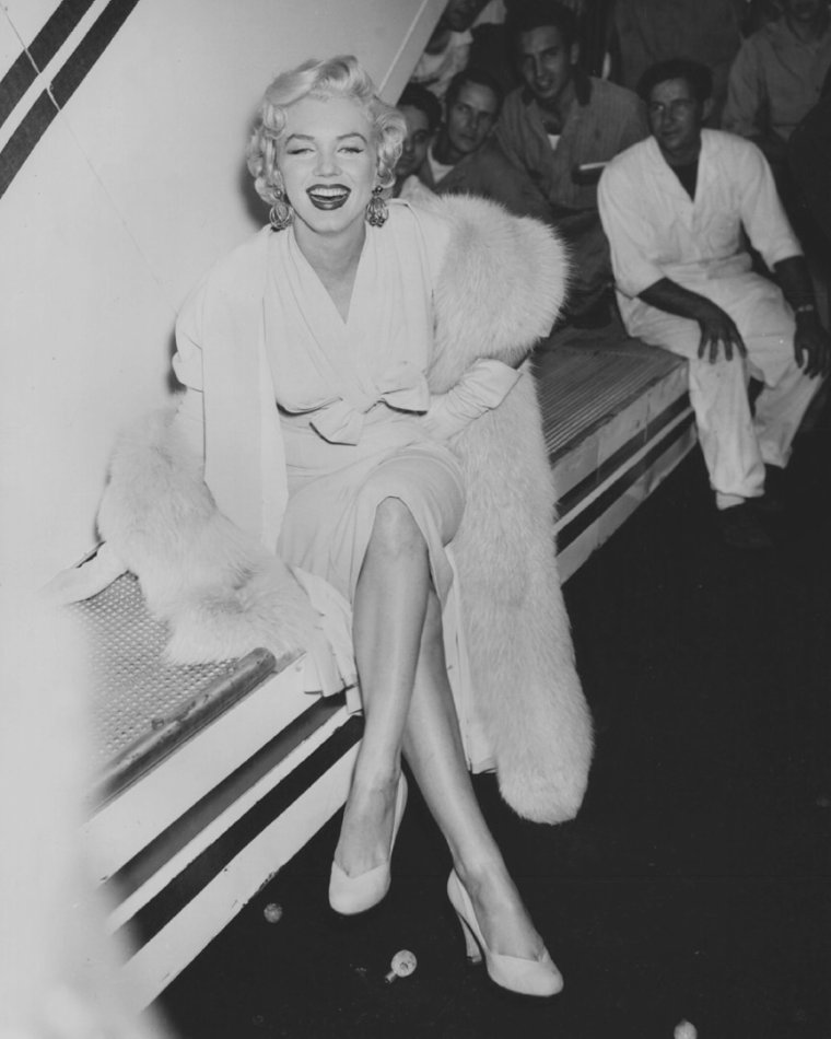 1954 / by Sam SHAW... Marilyn arrive à New York pour le tournage de « The seven year itch ».