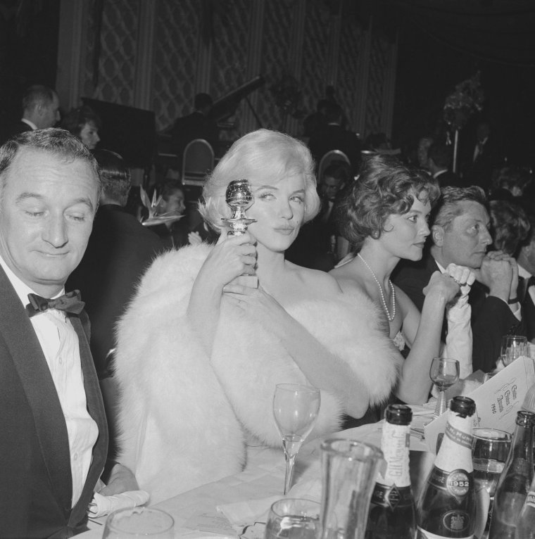 """1960 / Marilyn fut nominée et reçut le Golden Globe Award de « La meilleure interprète de  comédie en 1959 »  pour « Some like it hot », décerné par la """"Foreign Press Association"""" (association de la presse étrangère). La cérémonie eut lieu au """"Cocoanut Grove"""" de l'Ambassador Hotel de Los Angeles. Son amie et actrice Shelley WINTERS était présente à cette soirée. Marilyn en éprouva une certaine satisfaction mais ne reprit pas confiance en elle pour autant."""