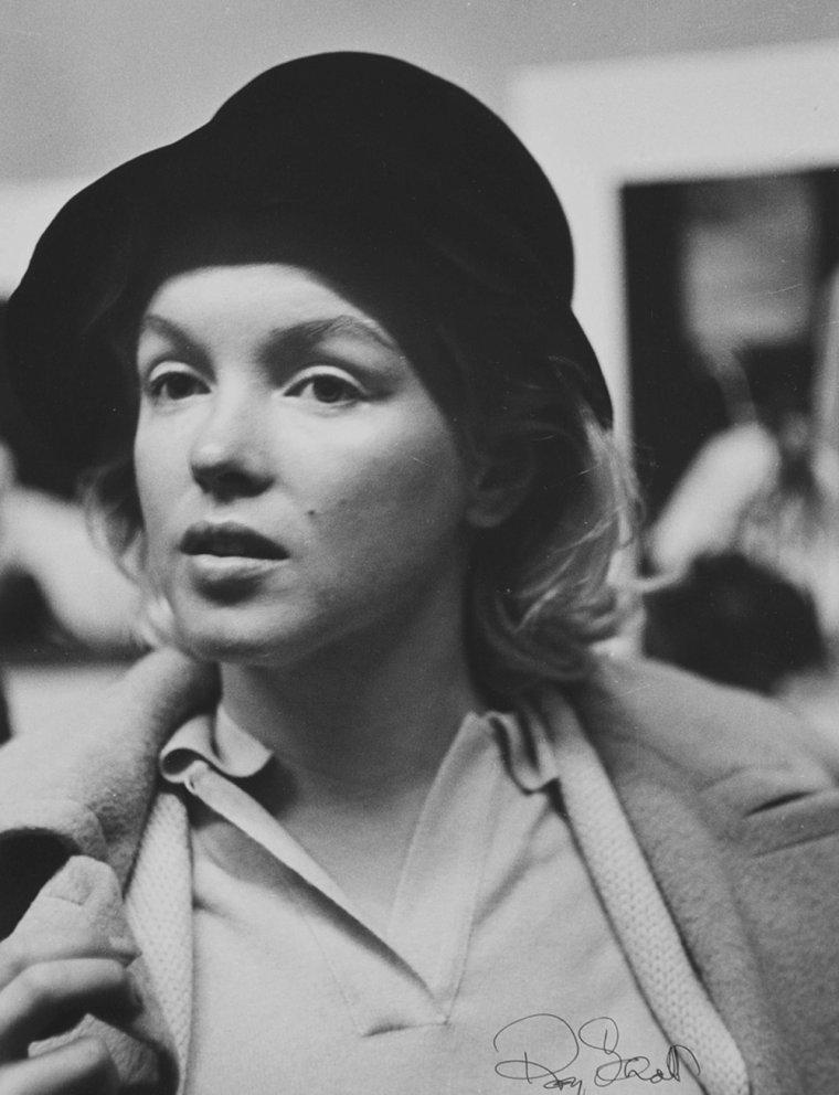 1955 / by Roy SCHATT...  ACTORS STUDIO / Marilyn entra à l'atelier en mai 1955. Quand elle assistait aux sessions plutôt qu'aux cours privés que Lee donnait dans son propre appartement, elle s'asseyait discrètement au fond de la salle et prenait des notes de temps en temps. Elle s'habillait d'un simple chemisier, un pantalon, un foulant cachant ses cheveux et ne portait pas de maquillage ou souvent avec un manteau beige. Entre 1955 et 1960 à New York, Marilyn partageait sa journée entre les cours de STRASBERG et les séances chez sa psychanalyste. Entre autres exercices, elle joua le rôle principal dans une scène d'Anna CHRISTIE, et bien que les applaudissements ne fussent pas la coutume, son interprétation en déclencha de très sincères.