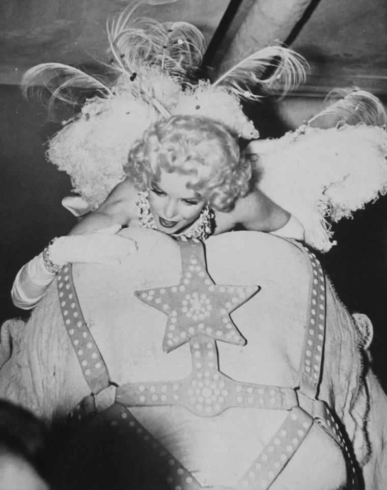 """1955 / by Ed FEINGERSH... Marilyn participe à la soirée organisée par Mike TODD et le cirque """"Ringling Brothers Circus"""", au """"Madison Square Garden"""", au profit de la Fondation pour l'arthrose et les affections rhumatismales. Elle fit une entrée triomphale vêtue d'un collant très sexy brodé de paillettes et de plumes, sur le dos d'un éléphant peint en  rose, nommé Karnaudi, devant 18 000 personnes. C 'est  Milton BERLE qui anima la soirée. Milton GREENE était également présent;"""