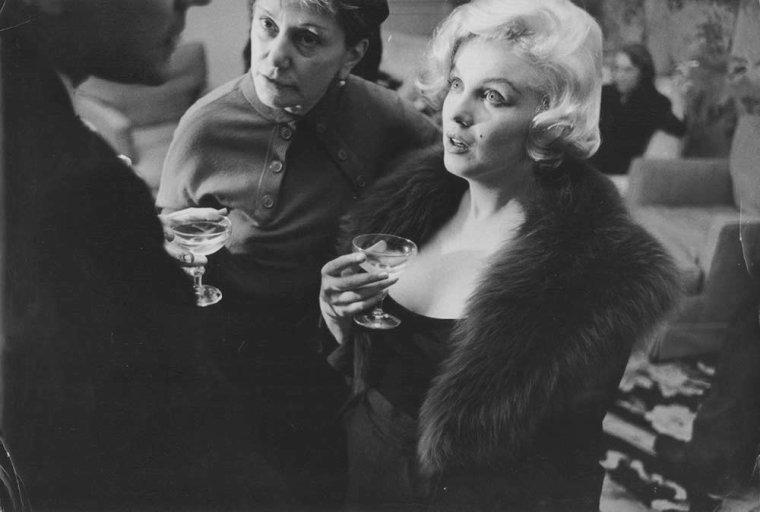 """1959 / Le 26 février 1959, Marilyn reçoit le prix français """"French Crystal Star Award"""" (représenté par une étoile en cristal) pour la catégorie de """"The Best Foreign Actress"""" (La meilleure interprète étrangère) pour le film """"The prince and the showgirl"""" (""""Le prince et la danseuse""""). C'est Georges AURIC, un compositeur français, qui lui remit le prix. Marilyn était accompagnée de son mari Arthur MILLER. Marilyn étant enceinte, elle ne put venir en France pour recevoir son prix; par conséquent, la cérémonie eut lieu au """"French Ambassador Hotel"""" (le consul de France) de New York."""