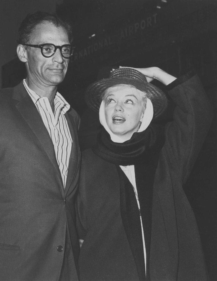 """1960 / Retour à Reno pour le couple MONROE-MILLER, après une hospitalisation suite au surmenage de Marilyn en plein tournage des """"Misfits""""."""
