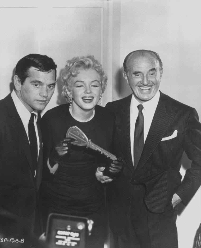 """1956 / Marilyn ne tourna jamais pour la Warner, mais les """"Marilyn Monroe Productions"""" annoncèrent en 1956 qu'un accord de distribution avait été conclu avec la Warner pour « The prince and the showgirl » (1957), seul film produit par les """"Marilyn Monroe Productions"""". Le 1er mars 1956 Marilyn et Jack WARNER annoncèrent conjointement la nouvelle."""