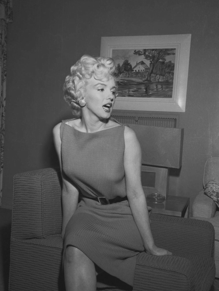 1954 / Marilyn tint une conférence de presse dans sa loge de la Fox et répéta avec Hal SCHAEFER. Elle travailla beaucoup avec Hal SCHAEFER et Jack COLE (respectivement professeur de chant et chorégraphe) pour préparer les numéros dansés et chantés de « There's no business like show business ». Hal SCHAEFER était chargé de régler les quatre chansons de Marilyn dans le film, ainsi que quelques autres qu'elle enregistra pour RCA cette année là. Il avait déjà été son directeur musical dans « Gentlemen prefer blondes » et « River of no return ».