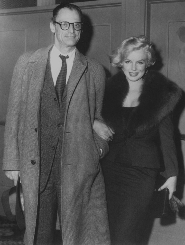 """1959 / Carson McCULLERS invita dans sa maison de Nyack (Etat de New York), le couple MILLER, où Karen BLIXEN les rejoignit  pour discuter longuement de poésie. Le repas fut composé d'huîtres, de raisin blanc, de champagne et d'un soufflé. Le soir eut lieu la présentation New-Yorkaise de « Some like it hot ». Marilyn y assista avec Arthur MILLER. Cette projection plongea Marilyn dans le désespoir. Arthur MILLER, comme la plupart des critiques, lui trouva un formidable talent comique. Billy WILDER la montrait au sommet de son talent. Elle se révélait brillante et pourtant, dans sa paranoïa, elle était sincèrement persuadée que WILDER avait décidé de la montrer sous son mauvais jour. Elle découvrit une interview de WILDER dans le """"New York Herald Tribune"""", dans laquelle le cinéaste plaisantait à son propos. Elle se précipita en hurlant dans le bureau de MILLER. WILDER laissait entendre que pour sa bonne santé mentale et physique, il n'était pas question pour lui d'entamer un autre tournage avec Marilyn.  Arthur MILLER et WILDER échangèrent des télégrammes furieux : MILLER accusa WILDER d'avoir surchargé sa femme de travail, alors qu'il savait qu'elle était enceinte ; WILDER énuméra les affronts et les humiliations qu'il avait subi de la part de Marilyn pendant le tournage, ainsi que la perte de centaines de milliers de dollars par le retard du tournage, tout en exprimant sa tristesse pour sa fausse couche."""