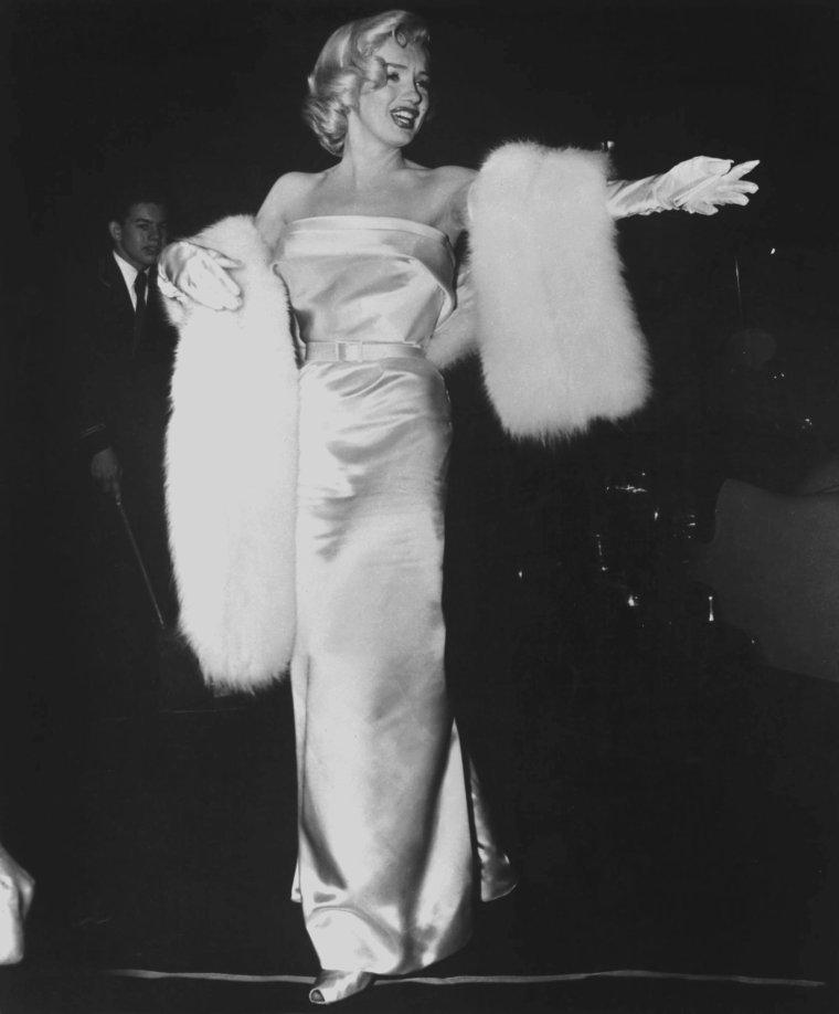 """1953 / Marilyn se rend à la Première de la pièce de théâtre """"Call me madam"""" où joue Ethel MERMAN, sa partenaire dans le film """"There's no business like show business"""". Egalement était présent lors de cette Première, Donald O'CONNOR, partenaire masculin du film """"There's no business like show business""""."""