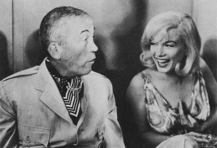 """1960 / Le 24 juillet 1960, une conférence de presse est organisée dans un salon du """"Mapes Hotel"""", à Reno dans le Nevada, lieu de tournage du film """"The Misfits"""". Un cocktail et des séances de poses devant les photographes ont lieu, avec l'équipe du film : Marilyn, Clark GABLE, Montgomery CLIFT, Thelma RITTER, Arthur MILLER, John HUSTON, Frank TAYLOR (le producteur du film). Des photographes de l'agence """"Magnum"""" sont présents, tels que Inge MORATH, Bruce DAVIDSON et Henri CARTIER-BRESSON ; Paula STRASBERG était aussi de la partie..."""