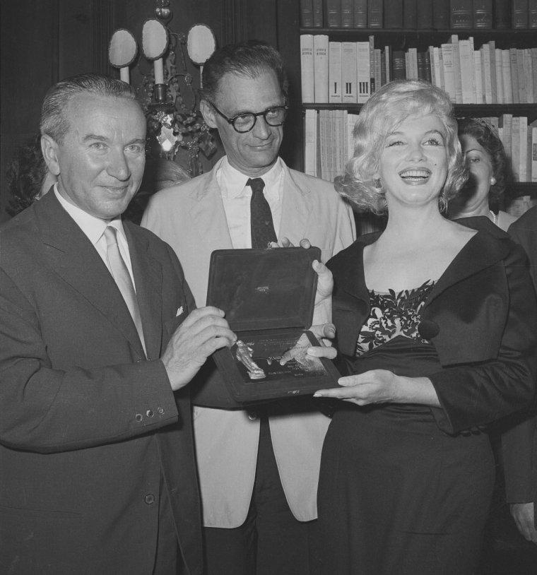 """1959 / Le 13 mai 1959, Marilyn reçoit le prix italien """"David Di DONATELLO"""" (une plaque de la statue de David, sculptée par DONATELLO) en tant que """"Best Foreign Actress of 1958"""" (La meilleure actrice de 1958) pour le film """"The prince and the showgirl"""" (""""Le prince et la danseuse""""). C'est Dr. Filippo DONINI, le directeur de l'Institut Culturel Italien, qui lui remet le prix. L'actrice italienne Anna MAGNANI remit un bouquet de fleurs à Marilyn. Près de 400 personnes (des fans, des journalistes) sont présents."""