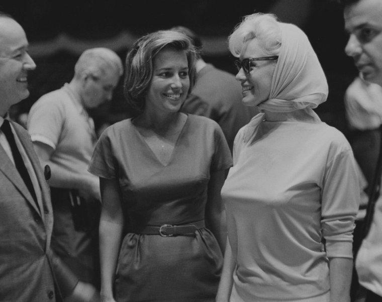 1962 / Marilyn en pleine répétition aux côtés du compositeur et producteur Richard ADLER, au Madison Square Garden, pour la soirée organisée en l'honneur de l'anniversaire du Président John FITZGERALD KENNEDY...