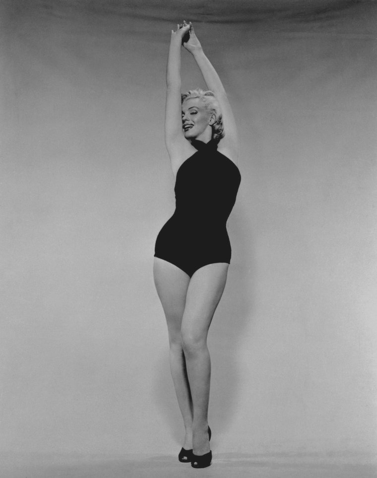 1952 / by Frank POWOLNY... Marilyn pose en Miss N.A.S. de San-Diego (Naval Air Station).