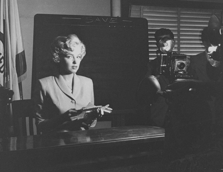 """1952 / by George SILK... Marilyn témoigne à la cour de justice de Los Angeles, dans le procès contre KAUPMAN et KAPLEN, qui ont utilisé le nom de Marilyn MONROE pour vendre des photos de nus. Marilyn portait le tailleur du film """"Niagara""""."""
