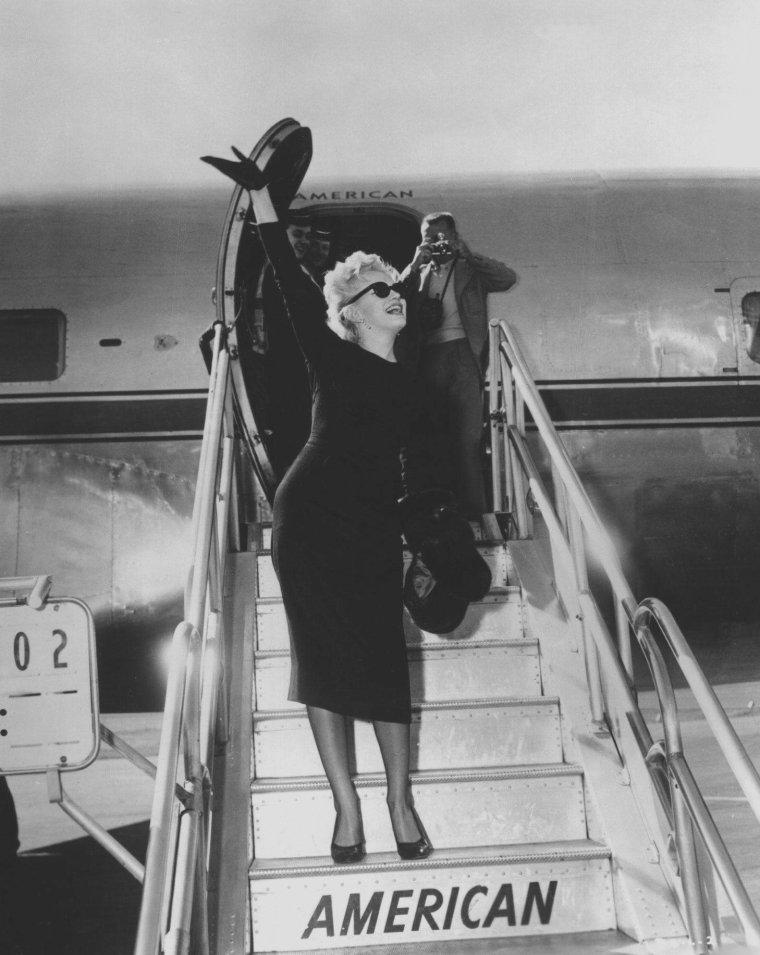 """1956 / Arrivée de Marilyn à Phoenix pour tourner les extérieurs du film """"Bus stop""""."""