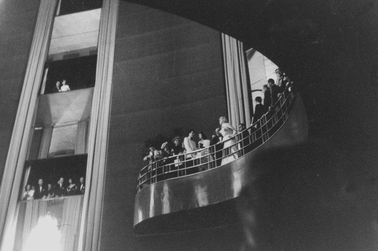"""1957 / Première de « The prince and the showgirl » au """"Radio City Music Hall""""  à New York. Jack WARNER était présent ce soir là. Marilyn revit Amy GREENE, enceinte de son deuxième enfant. Cela faisait plusieurs mois qu'elles ne s'étaient pas vues. Une fête fut ensuite donnée au """"Waldorf Astoria"""". Les critiques firent un accueil plutôt mitigé au film, mais reconnurent que c'était là une des meilleures interprétations de Marilyn, qui volait aisément la vedette à Laurence OLIVIER. C'était aussi le premier film pour lequel son statut de partie contractante indépendante lui donnait droit à un pourcentage sur les bénéfices, forme de rémunération très inhabituelle à l'époque de la toute puissance des studios ; elle toucha 10 % des bénéfices (160 000 $ ; le film ayant généré une recette de 1.6 millions de $)."""