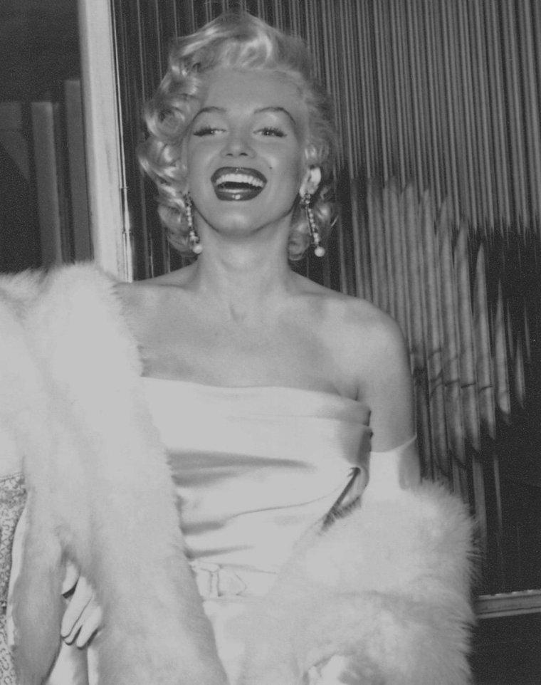 """1953 / Marilyn à la soirée caritative Damon RUNYON (afin de récolter des fonds pour la recherche sur le cancer), qui était aussi la fête d'anniversaire de Walter WINCHELL, le 13 mai 1953 au nightclub """"Ciro's"""" à Hollywood, avec Betty GRABLE, Herman HOVER, Jane RUSSELL, Walter WINCHELL, Louella PARSONS, Darryl ZANUCK, Joseph SCHENCK, Sheilah GRAHAM, Sybil BRAND, Lucille BALL..."""