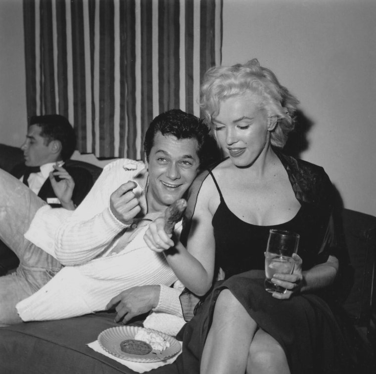 """1954 / Le 8 décembre 1954, Sammy DAVIS Jr. fête ses 29 ans et organise une fête d'anniversaire chez lui, sur Evanview Drive, à Los Angeles. Parmi les invités : Cindy BITTERMAN, Judy GARLAND, Frank SINATRA, Bob NEAL, Jeff CHANDLER ainsi que Tony CURTIS, Marilyn et Milton GREENE. Après la fête, tous se rendirent au """"Mocambo club""""."""
