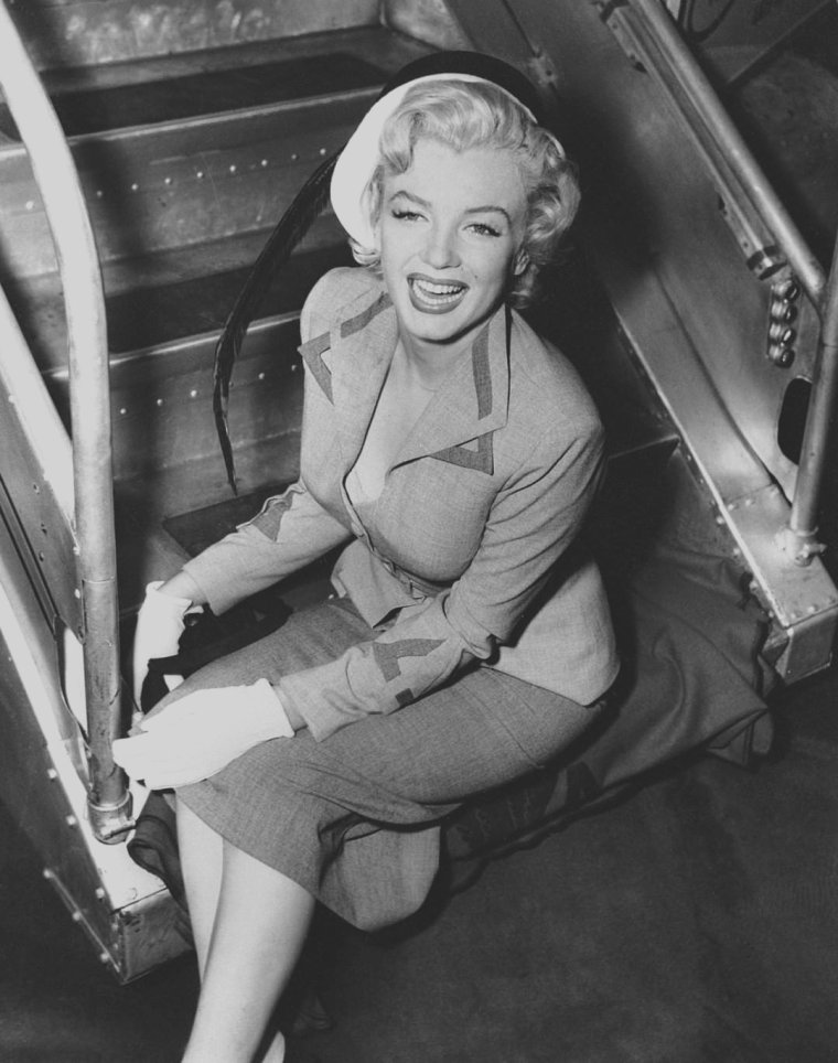 """1952 / Août 1952, Marilyn embarque à l'aéroport du """"Queens"""", afin de se rendre, en qualité de """"Grand Marshall"""", à l'élection de """"Miss America Pageant"""" où elle fera également la promotion de son dernier film, """"Monkey business"""". Elle repart ensuite d'Atlantic-City pour rejoindre Los-Angeles."""