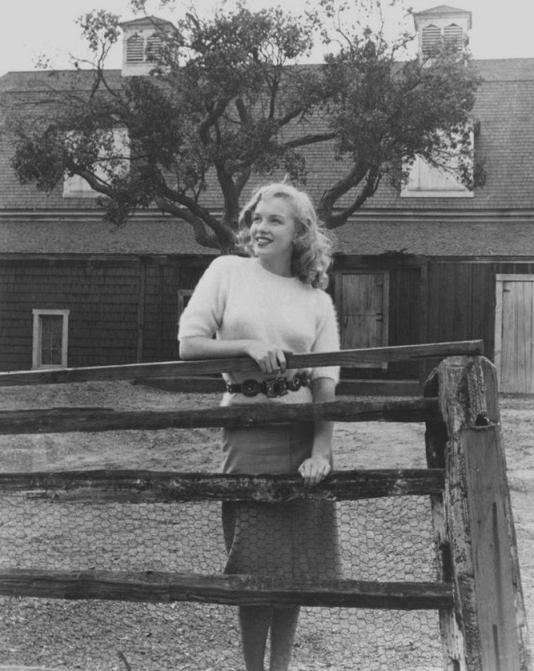 1947 / by Joseph JASGUR... Quand la jeune Marilyn visite les studios de la FOX...