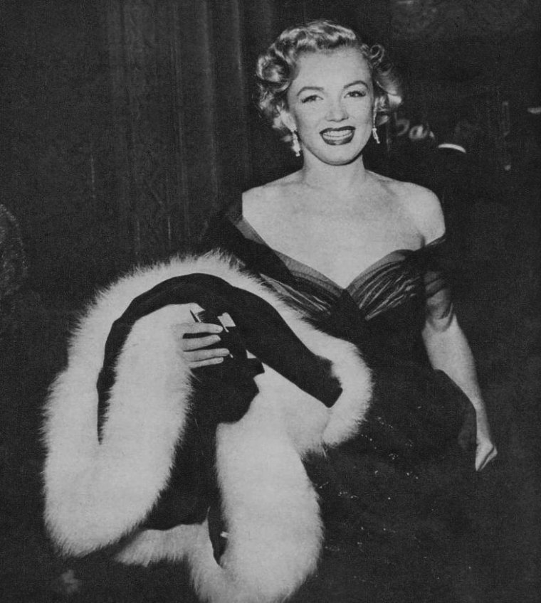 """1951 / Marilyn apparaît à la cérémonie des Oscars au """"Pantages Theater"""" (6233 Hollywood Boulevard, Hollywood), où elle remet le prix de la meilleure prise de son à Thomas MOULTON pour sa prestation dans «All about Eve » (1950). Elle porte une robe décolletée en mousseline de soie, empruntée aux vestiaires du studio."""