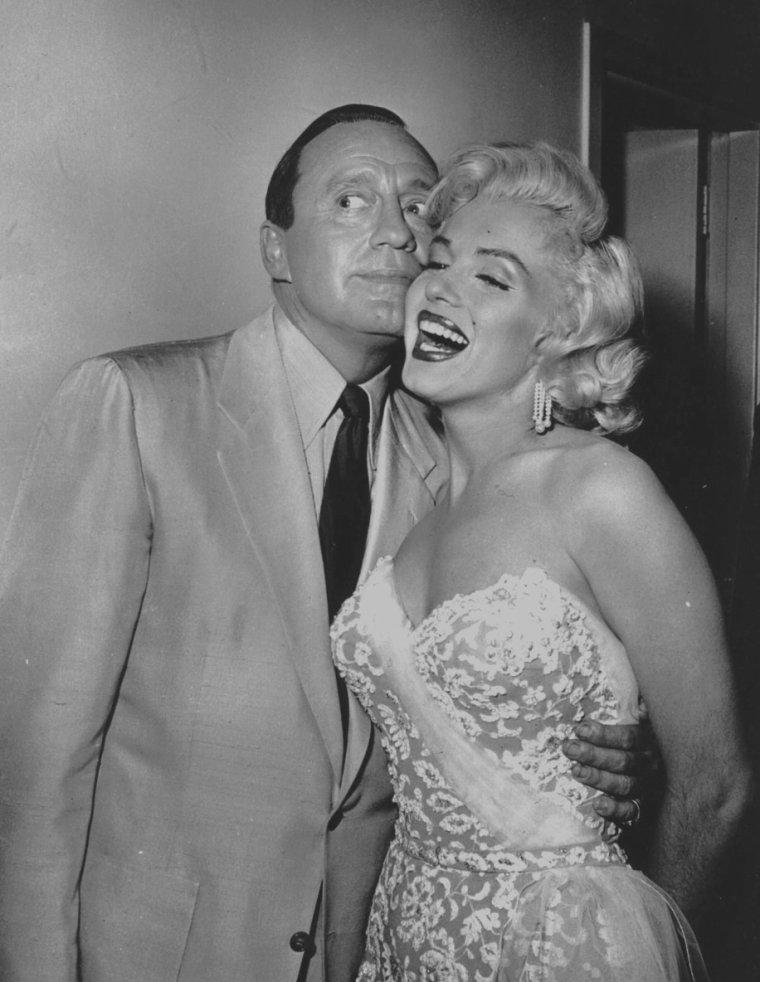 """1953 / Marilyn fit ses débuts à la télévision le 13 septembre 1953 avec Jack BENNY dans un show enregistré au """"Shrine Auditorium"""" peu après la sortie de « Gentlemen prefer blondes ». Elle joua avec lui  dans un sketch et interpréta « Bye Bye baby », une chanson extraite du film. Le sketch s'appelait « Honolulu Trip » et fut diffusé sur la chaîne CBS."""