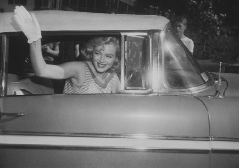 1957 / Marilyn part pour Washington, où le procès d'Arthur doit commencer, le lundi 13 mai. Ils résidèrent chez Joseph et Olie RAUH. Afin d'éviter le déchaînement des médias, ils avaient convenus que Marilyn ne se rendrait pas au tribunal mais resterait avec Olie. Le mardi 14 mai : début du procès. Il n'y avait pas de jurés car le juge McLAUGHLIN avait décidé que le cas toucherait un point de la loi que seuls des juristes pouvaient traiter. Joseph RAUH développa son argumentation : l'identité des personnes présentes aux réunions des écrivains communistes en 1947 n'avait aucun rapport avec le sujet des fraudes aux passeports. Le procureur rappela qu'il avait été nécessaire de demander ces noms à MILLER pour s'assurer de sa crédibilité. Mais MILLER ne témoigna toujours pas. Le jeudi 23 mai : pour aider son mari, Marilyn tint une conférence de presse le dernier jour du procès, où elle déclara aux  journalistes qu'elle se trouvait à Washington pour voir son mari innocenté. Puis les époux MILLER se rendirent à la gare de Washington pour rentrer à New York. Après leur retour à New York, MILLER apprit la sentence. Le juge McLAUGHLIN ayant revu son verdict (contraint par une décision de la Cour Suprême dans un cas similaire) ne  retint plus qu'un seul outrage. Il condamna MILLER à une amende de 500 $ et un mois de prison avec sursis.  MILLER fit appel immédiatement, mais la préparation de l'appel allait durer encore un an. Il sera finalement acquitté deux ans plus tard.