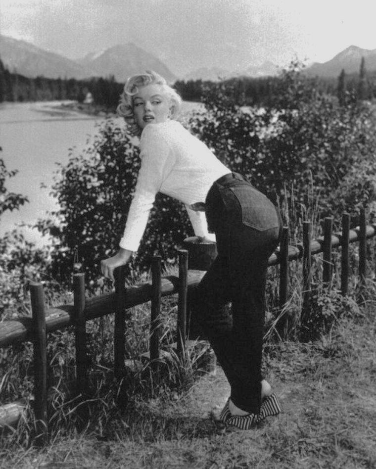 """1953 / Marilyn au Canada lors du tournage de """"River of no return"""", face au Mont Kerkeslin et près de la rivière Athabasca à Jasper... Certaines photos signées John VACHON."""