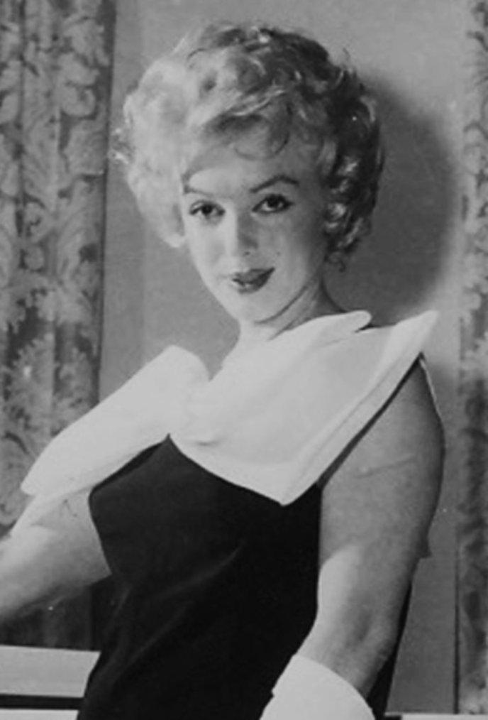 """1958 / Arthur ayant vendu sa ferme de Roxbury, ils louèrent à New York un appartement au 444 East 57th Street, au treizième étage, avec vue sur l'East River. Il se situait juste à côté de l'ancien appartement de Marilyn au 2 Sutton Place South (qui appartenait à Milton GREENE). Leur numéro de téléphone était dans l'annuaire. Avec le décorateur John MOORE, elle fit repeindre les murs en blanc et installer des miroirs du sol au plafond dans le salon-salle à manger, après avoir réuni les deux pièces. La couleur dominante de l'appartement était le blanc : murs, rideaux, meubles de couleur pâle, piano blanc, canapé, fauteuils. Marilyn n'était jamais satisfaite du résultat, et elle ne cessait de changer les meubles, les draperies, les accessoires ou les objets d'art, que ce soit à New-York ou dans la villa louée pour l'été à Long-Island. Les pièces étaient envahies de livres, de disques. Il y avait aussi un bureau pour Arthur, mais il gardait néanmoins son studio à l'hôtel """"Chelsea"""", sur la 23ème rue."""