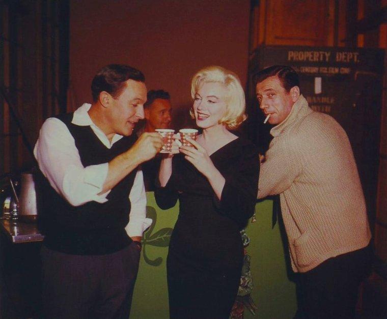"""1960 / Pause café pour Marilyn, Gene KELLY et Yves MONTAND lors du tournage de """"Let's make love""""."""