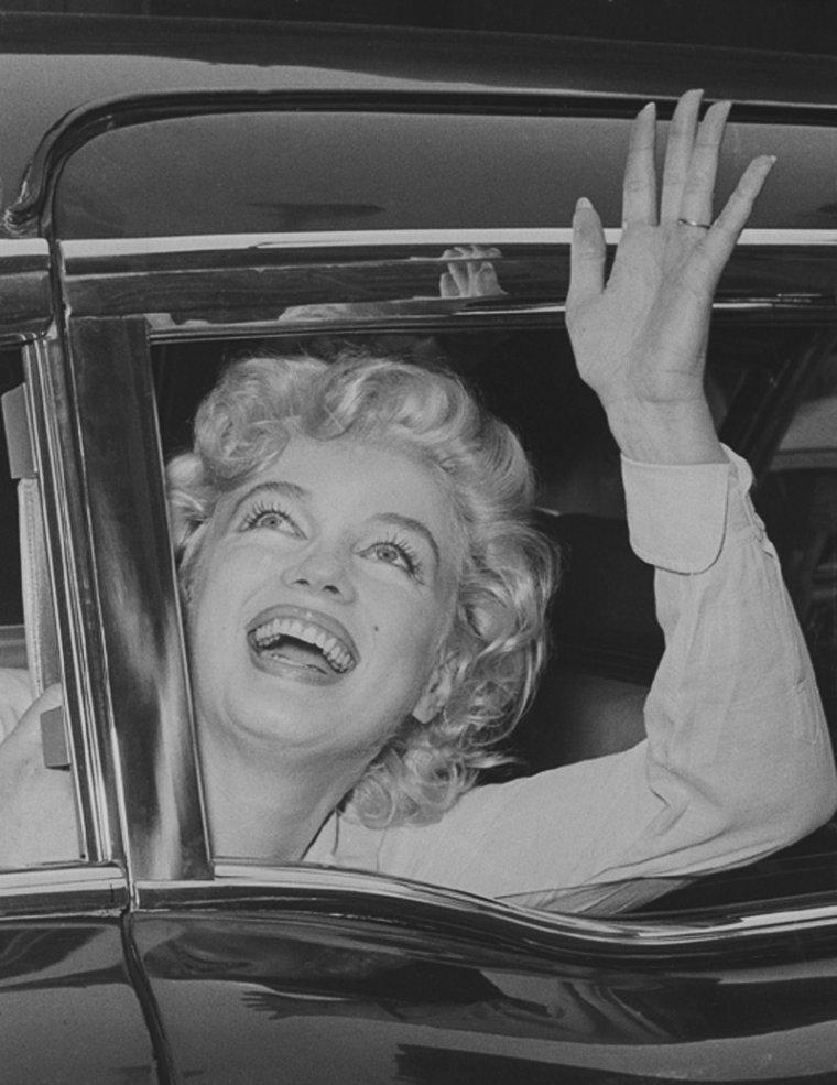 """1959 / Le 26 juin 1959, Marilyn quitte -en compagnie de son mari Arthur MILLER- l'hôpital """"Lenox Hill"""" de New York (situé dans Manhattan), après y être restée 4 jours et d'y avoir subie une opération de l'endomètre par le Dr Mortimer RODGERS. Marilyn et Arthur regagnent leur appartement New-Yorkais où Marilyn va se reposer."""