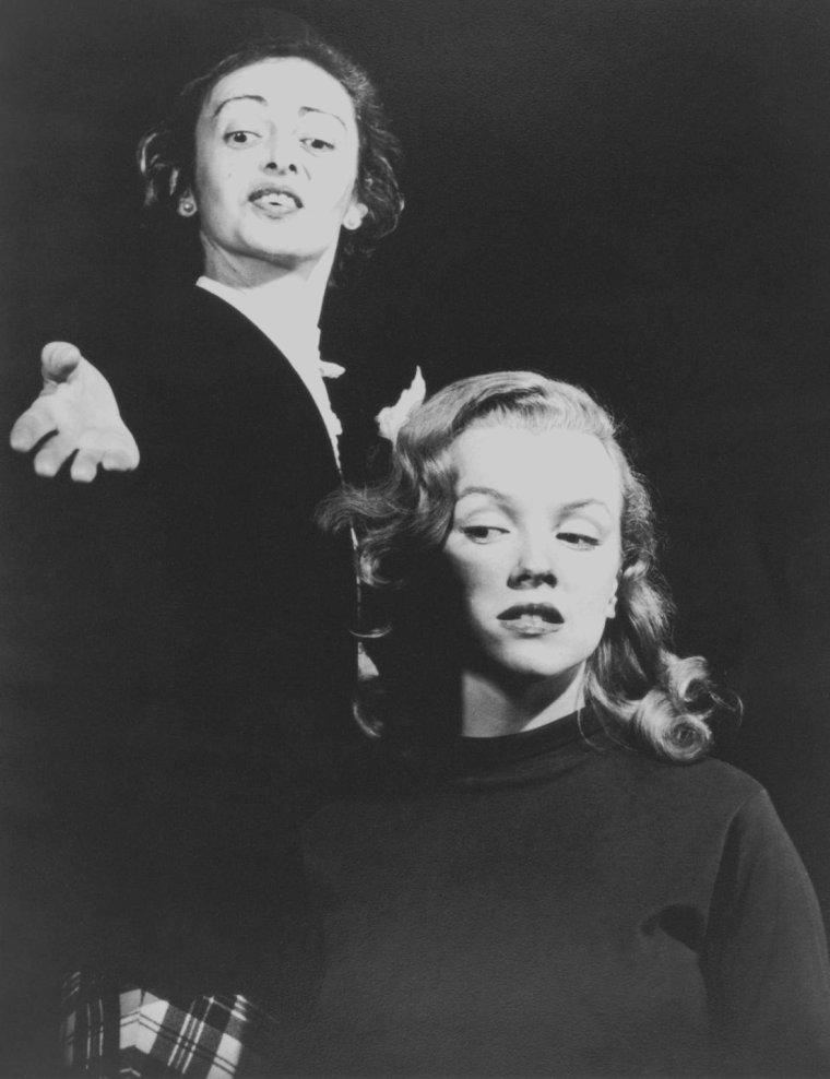 1948 /  Marilyn et son professeur d'Art Dramatique non moins célèbre, Natasha LYTESS. Elle rencontra Marilyn qui lui était adressée par la Columbia (pour son premier second rôle dans « Ladies of the chorus »). Elle jouait le rôle de mère et incarnait la stabilité aux yeux de Marilyn ; elle s'investit dans la carrière de Marilyn à une époque où personne n'en eut le courage ; elle aida Marilyn à développer et à exprimer ses talents et sa curiosité pour le monde du théâtre et de la culture générale. Dans certaines biographies, elle est décrite comme une femme amère, pleine de ressentiment. Il est vrai que, lorsque prit fin leur relation compliquée de maître à élève, le choc fut rude et douloureux pour elle. En terme de jeu théâtral, elle enseigna à Marilyn la subtilité des gestes, l'élocution, la diction et le souffle ; elle l'encouragea à parler de façon naturelle. Elle pensait que « le registre de la voix exprime la gamme des émotions humaines, car à chaque émotion correspond une modulation de la voix ». Elle donna des cours intensifs à Marilyn avant chaque audition, et ce dès le premier instant de leur collaboration. Elles travaillèrent pendant trois jours et trois nuits afin de préparer la seconde audition de « The asphalt jungle » (1950), réalisé par John HUSTON. Quand Marilyn obtint le rôle, Natasha quitta la Columbia pour se mettre au service de Marilyn à plein temps...