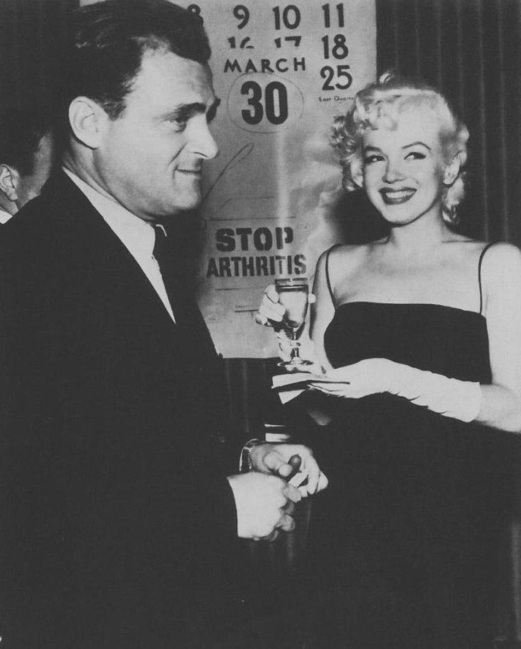 """1955 / Marilyn assista à la présentation de la soirée organisée par  Mike TODD et le cirque """"Ringling Brothers Circus"""", au """"Madison Square Garden"""", au profit de la Fondation pour l'arthrose et les affections rhumatismales qui aura lieu le 30 mars."""