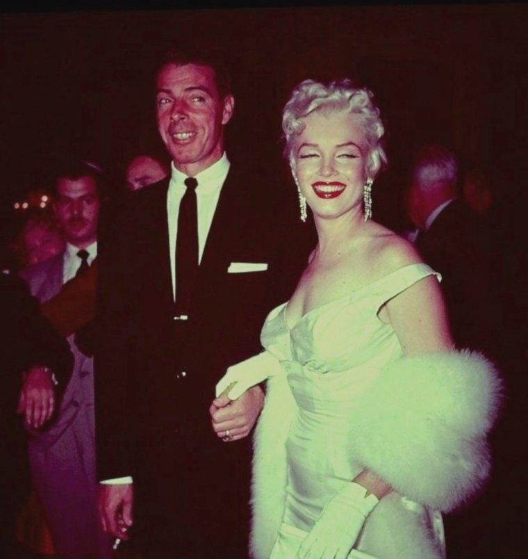 """1955 / Le 1er juin 1955, a lieu la première du film """"The Seven Year Itch"""" (Sept ans de réflexion) au """"Loew's State Theater"""" à Times Square, New York. Pour célébrer l'événement, une immense pancarte de seize mètres de hauteur est affichée devant le théâtre, représentant Marilyn avec sa robe blanche qui virevolte, qui reste l'une des plus célèbres scènes du cinéma. Les journalistes ont à leur tour interviewé les passants pour leur demander leur avis : certains new-yorkais étaient agréablement surpris (""""I think it's correct !"""", """"I think it's very nice !"""", """"I think it's wonderful, wonderful, wonderful !""""), alors que d'autres jugeaient cette photo de Marilyn indécente ! Pour la soirée de la première, Marilyn est accompagnée de son ex-mari Joe DiMAGGIO, avec qui elle vient pourtant de divorcer. D'autres personnalités étaient présentes : Grace KELLY, Henry FONDA, Tyrone POWER, Margaret TRUMAN, Eddie FISHER, Judy HOLLIDAY et Richard RODGERS ; ainsi que plus de 3000 fans et des journalistes de la presse et de la télévision. L'arrivée de Marilyn et de Joe a même été filmée pour figurer dans les news des cinémas."""