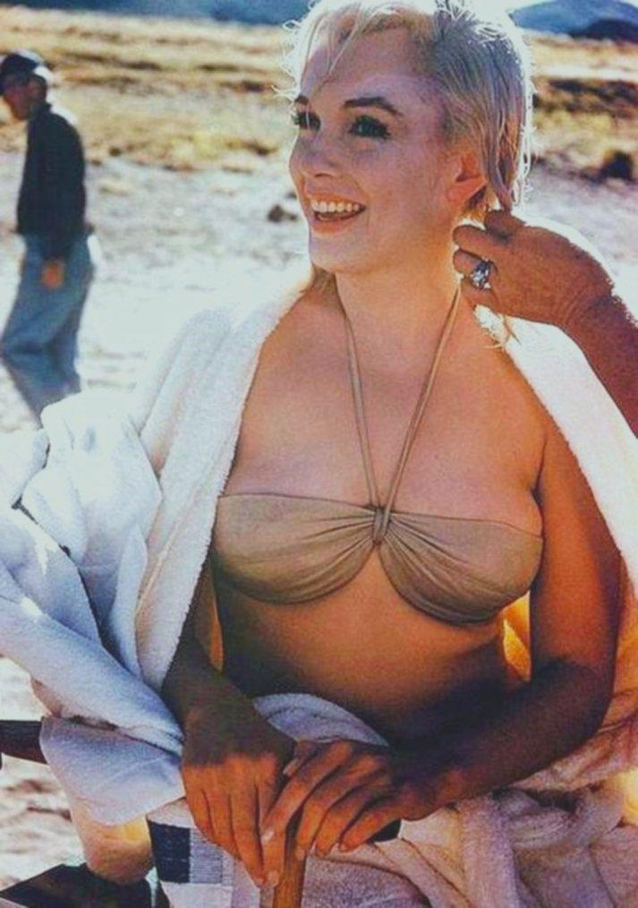 """1960 / Marilyn lors du tournage de """"The misfits"""" se faisant tresser les cheveux pour une des scènes du film, par sa coiffeuse Agnes FLANAGAN."""