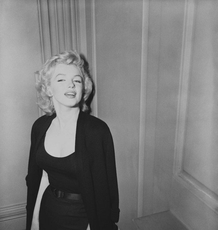 1956 / Des rumeurs circulants sur un éventuel mariage avec Arthur MILLER, Marilyn se fait assaillir par une horde de journalistes devant l'entrée de son immeuble à Sutton-Place.