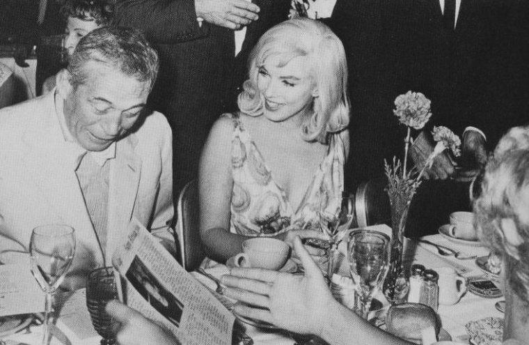 """1960 / Le 5 août 1960, une soirée est organisée au """"Mapes Hotel"""", à Reno dans le Nevada, lieu de tournage du film """"The Misfits"""", pour fêter un double anniversaire : celui de Kay GABLE (la femme de Clark) et celui de John HUSTON. L'équipe du film y est conviée: Marilyn, Clark GABLE, John HUSTON, Frank TAYLOR (le producteur du film)."""