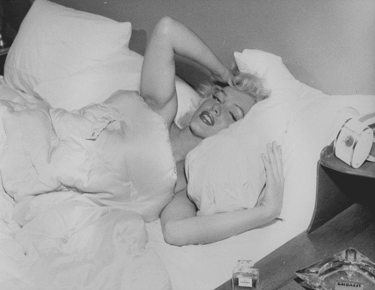 """1953 / by Bob BEERMAN... Réplique culte de Marilyn, alors qu'un journaliste lui pose la question de savoir ce qu'elle met pour dormir, Marilyn de rétorquer : """"- du n° 5 de CHANEL !""""."""