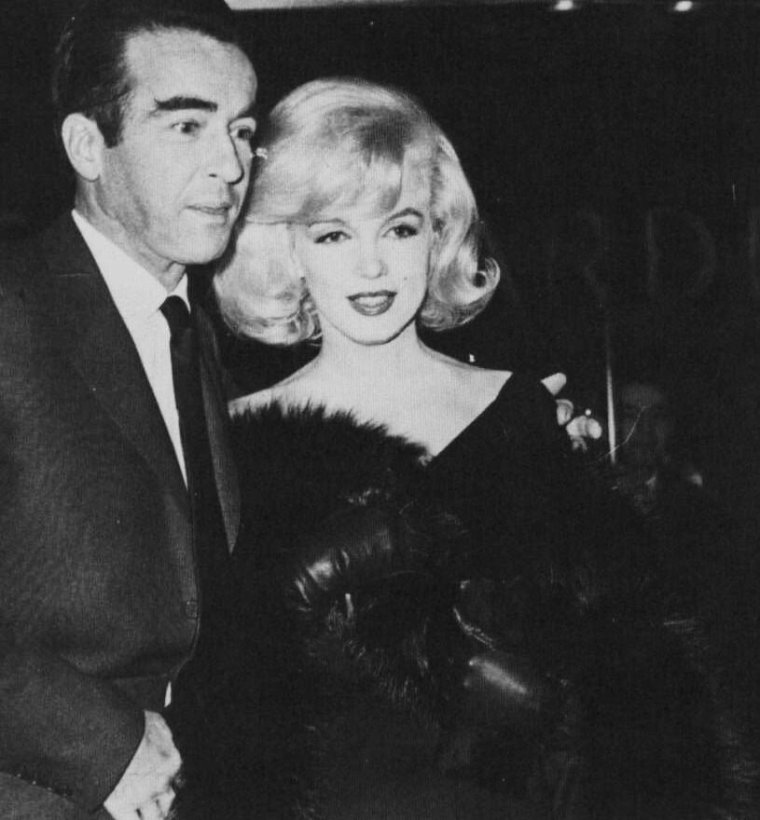 """1961 / Le 31 janvier 1961, a lieu la première du film """"The Misfits"""" (Les Désaxés) au """"Capitol Theater"""" de Broadway. Marilyn s'y est rendue accompagnée de Montgomery CLIFT. Quand à Arthur MILLER, dont Marilyn vient de divorcer, il est accompagné de ses enfants Jane et Robert ; Le producteur du film Frank E. TAYLOR était avec sa femme et leurs deux enfants. Ce fut une soirée un peu pénible pour Marilyn qui évita de croiser Arthur. Une fois la projection terminée, elle quitta le théâtre."""
