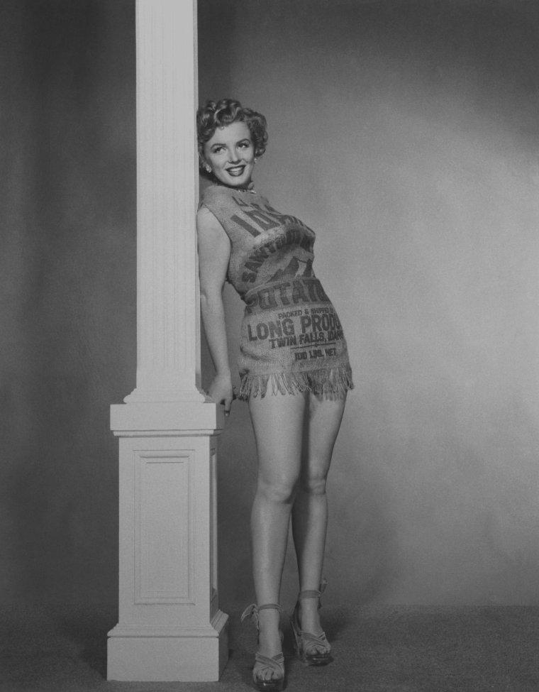 """1952 / by Earl THEISEN...  Cette robe, taillée dans un vrai sac à pommes de terre, voit le jour à cause de celle que portait Marilyn à la cérémonie des """"Henrietta Awards"""" (voir blog) où elle reçut un prix en février 1952. Le décolleté était tellement audacieux - Marilyn remonta sans cesse sa robe sans bretelles au cours de la soirée - que la presse s'en offusqua, allant jusqu'à écrire que Miss MONROE était """"vulgaire dans cette robe"""" et que """"même dans un sac à patates, elle aurait été plus élégante"""" !... Marilyn prit alors les critiques au mot, et posa vêtue d'un sac à patates..."""