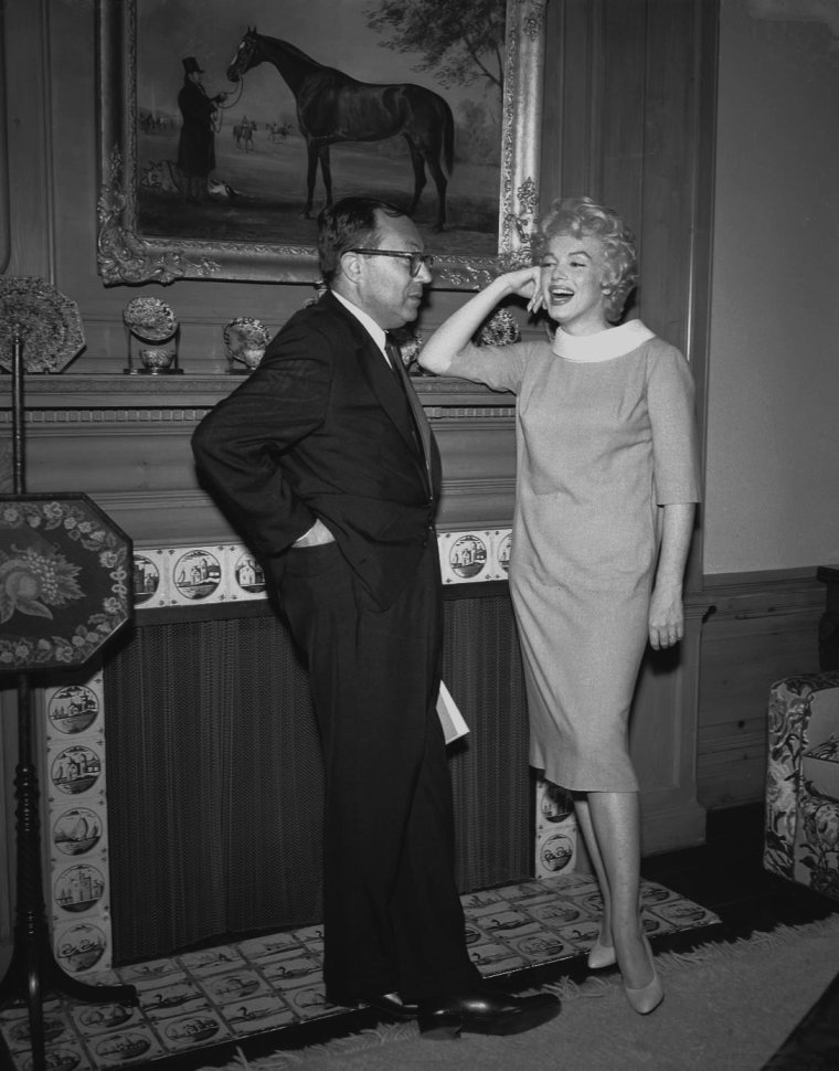 "1958 / Marilyn signe le 24 avril 1958 à New York le contrat pour tourner le film ""Some Like It Hot"" (Certains l'aiment chaud) en compagnie d' Harold MIRISCH, le Président de la société ""the Mirisch Company Production"" en collaboration avec ""United Artists"" qui produisent le film."