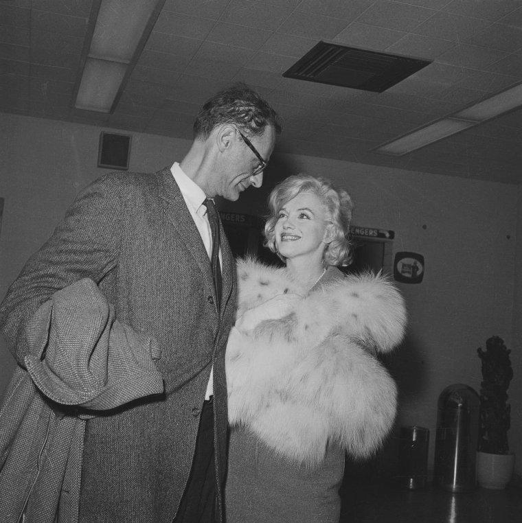 """1959 / Marilyn et MILLER quittent New-York à l'aéroport d'Idlewild pour Los-Angeles afin de débuter le tournage de """"Let's make love"""" avec MONTAND..."""