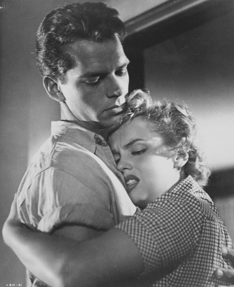 """1952 / Marilyn et Keith ANDES pour des photos publicitaires du film """"Clash by night""""."""
