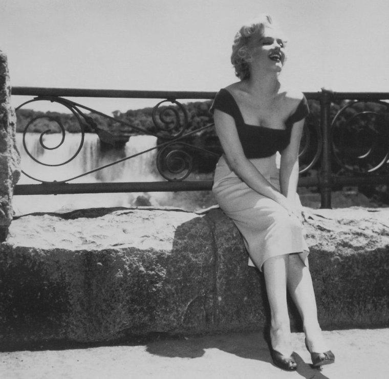 """1952 / by Jock CARROLL... Sur le tournage de """"Niagara""""."""