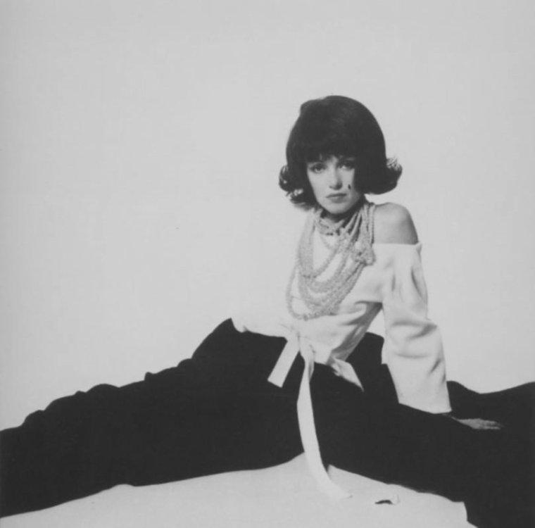 1962 / by Bert STERN... Petit clin d'oeil à Jackie KENNEDY, sa rivale du moment, qui avait une coiffure similaire à la perruque que porte Marilyn sur les photos.