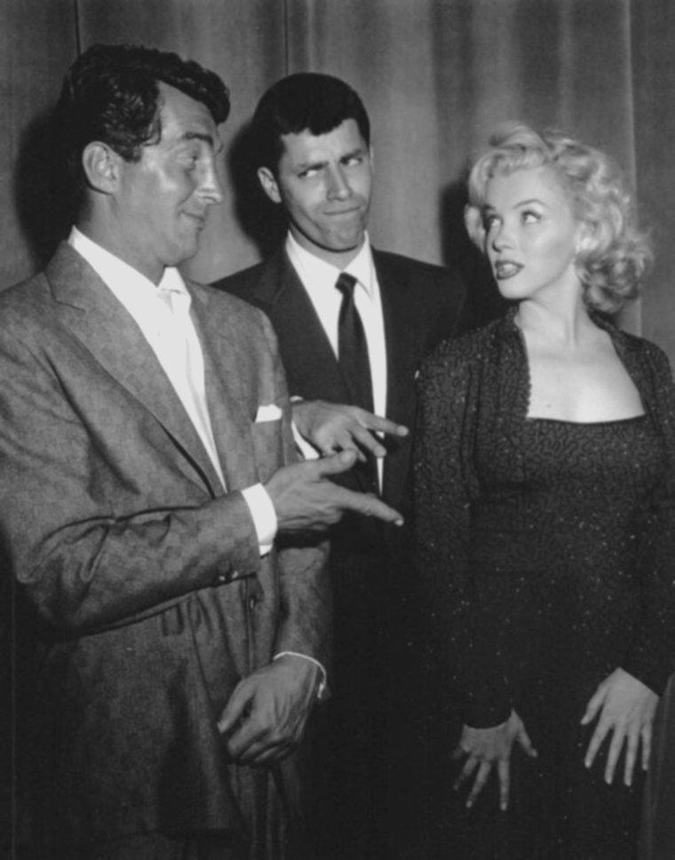 """1953 / Marilyn reçoit le prix """"Red book Award"""" (prix décerné par le magazine REDBOOK) en qulaité de """"Meilleure jeune personnalité du box office de l'année 1952"""" ; le prix lui est remis par Jerry LEWIS, Dean MARTIN et Leslie CARON avec lesquels elle participa quelques heures auparavant dans un show TV """"The MARTIN and LEWIS show""""."""